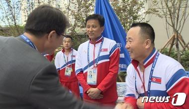 북한 역도선수들과 인사