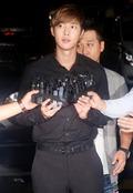 '여자친구 폭행' 김현중, 경찰서 출석