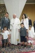 [사진]델 피에로 가족과 기념촬영하는 교황