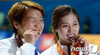 이라진-김지연 '메달 맛 좋네!'