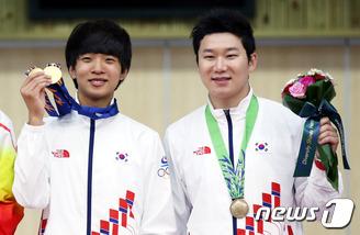 고교생 김청용, 우상 진종오와 나란히 金 행진