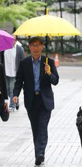 김정훈 위원장, 우산쓰고 법원 출석