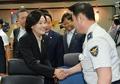 경찰 격려하는 박영선
