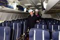 항공기 내부 살펴보는 최경환 부총리