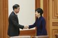 왕양 부총리와 인사 나누는 박근혜 대통령