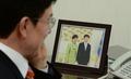 현정택 내정자 책상 위의 朴 대통령과의 기념사진