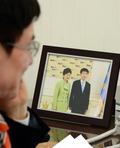 朴 대통령과의 기념사진 놓인 현정택 수석 내정자 책상