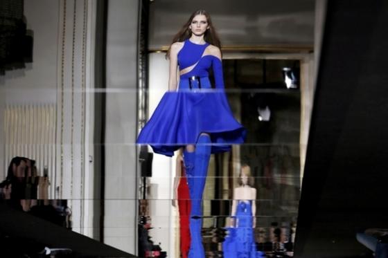 '블루 컬러'가 잘 어울리는 팔등신 모델