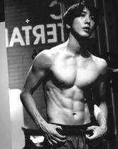 정용화, 근육질 몸매 공개…여심 잡는 힘줄 '불끈'