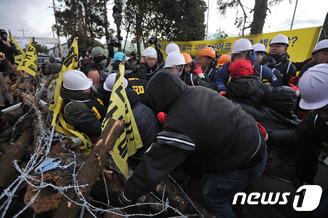 강정마을 농성장 강제철거 '아수라장'