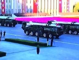 北 열병식 무기 퍼레이드…신형 방사포 등 공개