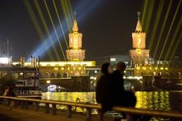 베를린 빛축제…그림같은 커플