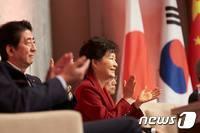 """'싸늘 예상' 朴-아베 첫 정상회담…""""솔직하고 진지했다"""""""