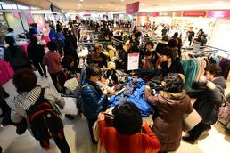 가격 착해진 백화점, 시민들 '북적'…소비 심리 꿈틀