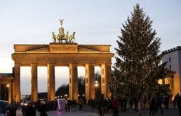 브란덴부르크 문 앞의 크리스마스 트리