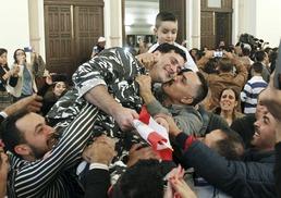 기뻐하는 레바논 경찰동료들