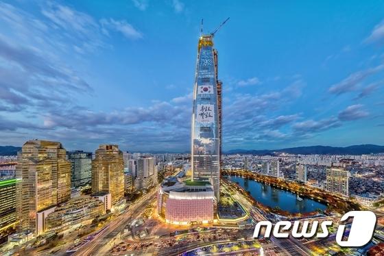 롯데월드타워 123층 상량식…국내 초고층 역사 새로 썼다