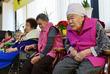 한·일 외교장관 회담 뉴스 주시하는 할머니들