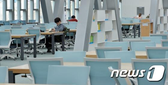 텅 빈 도서관, 졸업생은 출입금지