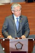 의원들 질의에 답변하는 김종덕 의원