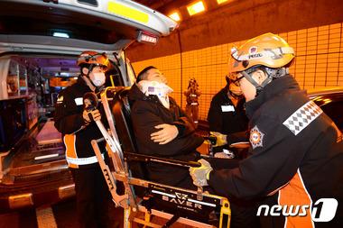 부상자 구조훈련하는 소방대원
