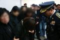 유족 위로하는 강신명 경찰청장
