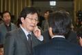 의원들과 대화 나누는 유승민 원내대표