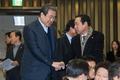 의원들과 인사 나누는 김무성 새누리당 대표