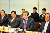 울산 간 김무성, '연금개혁 항의' 공무원노조와 즉석 면담