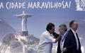 [사진]리우 탄생 450주년 메달 받는 IOC위원장