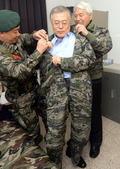 해병대 군복입는 문재인 대표