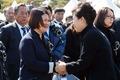 천안함 유가족 위로하는 박 대통령