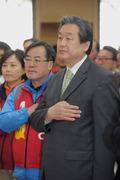 국기에 대한 경례하는 김무성 대표