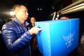 압수품 옮기는 경찰