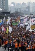 행진하는 공무원들