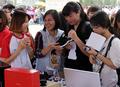 한국 중소기업 제품 둘러보는 베트남 시민들