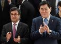 박수치는 최경환 부총리-모레노 IDB 총재