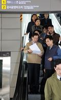 9호선 점검 위해 승강장으로 향하는 박원순 시장