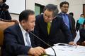 이상민 법사위원장과 대화하는 우윤근 원내대표