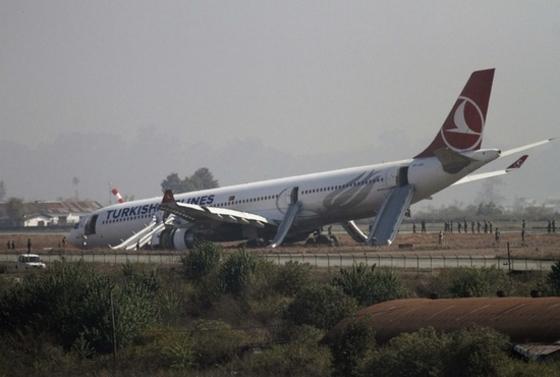 활주로 벗어난 터키 항공기