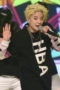 f(x) 엠버, '경례 대신 시원한 손인사'