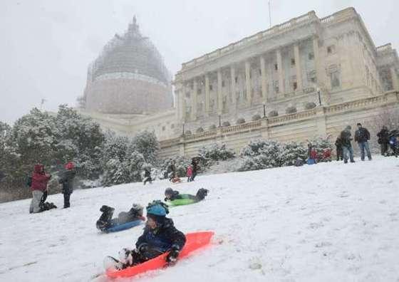 워싱턴 의사당 언덕서 썰매타기