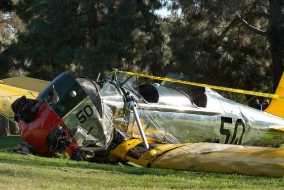 휴지처럼 구겨진 해리슨 포드의 비행기