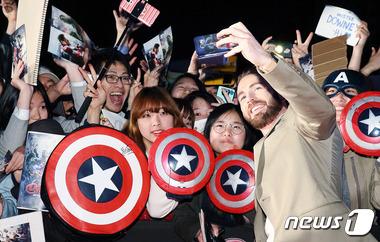 갤럭시S6로 팬들과 셀피 촬영