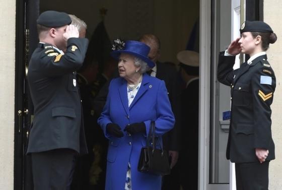 캐나다 하우스 떠나는  엘 여왕