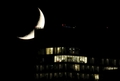 [사진]건물 옥상에 걸린 초승달