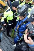 경찰에 연행되는 그린피스 활동가