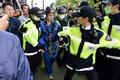 경찰, 고공시위 벌인 그린피스 활동가 연행
