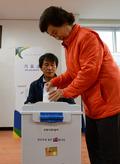 '사전투표 첫날, 투표하는 유권자'