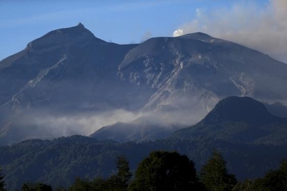 여전히 불 토해내는 칼부코 화산